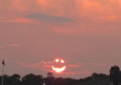 Hình mặt cười xuất hiện trên bầu trời