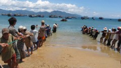 Lốc dữ cuốn phăng hàng trăm người ra biển