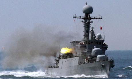 Một tàu chiến của Hàn Quốc bắn đạn thật trong cuộc diễn tập quân sự hồi tháng 5, ngay sau khi kết quả điều tra vụ chìm tàu Cheonan được công bố. Ảnh: Yonhap.