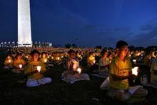 Thắp nến cầu nguyện tại Washington DC thể hiện sự kính trọng và tưởng nhớ những học viên đã bị tra tấn đến chết trong cuộc đàn áp tại Trung Quốc.