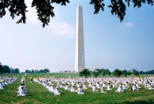 Hàng ngàn đệ tử Pháp Luân Công từ khắp thế giới tập thiền tại National Mall ở Washington, DC.