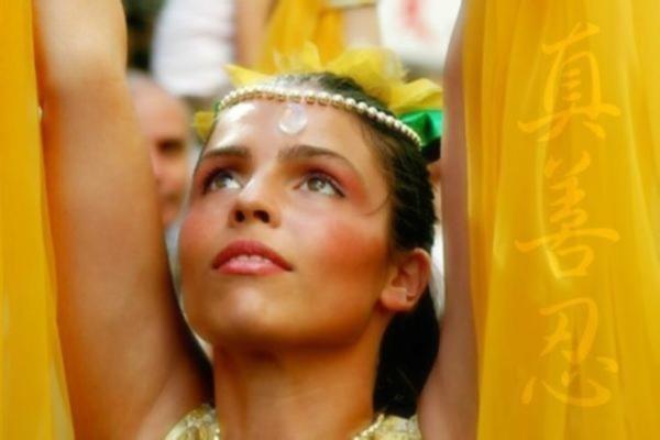 Một học viên Pháp Luân Công trình diễn trong buổi lễ Buenos Aires. Các chữ phía bên phải là Chân, Thiện, Nhẫn.