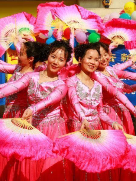 Tháng 5 năm 2006, Luân Đôn diễn ra lễ kỷ niệm chào mừng năm thứ 14 Pháp Luân Đại Pháp được truyền ra từ Trung Quốc.