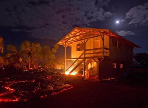 Cầu thang gỗ của ngôi nhà bốc cháy.