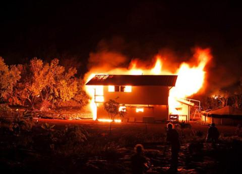 Ngôi nhà bốc cháy.