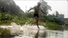Sư Thiếu Lâm bay trên mặt nước
