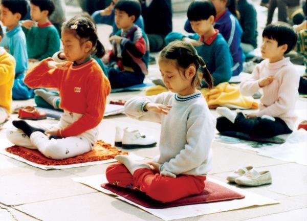 Trẻ em tập Pháp Luân Công tại Trung Quốc vào khoảng năm 1996