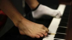 Chơi piano bằng ngón chân