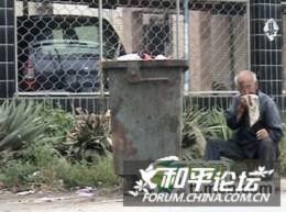 Con gái nhẫn tâm để cha già 87 tuổi nhặt rác ăn