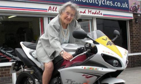 Cụ bà 102 tuổi cưỡi Yamaha của Valentino Rossi
