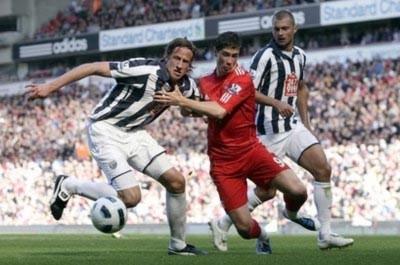 Liverpool trầy trật giữ ba điểm ở lại Anfield