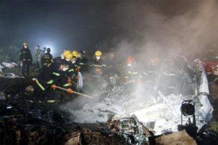 Máy bay Trung Quốc vỡ tan, 43 người chết