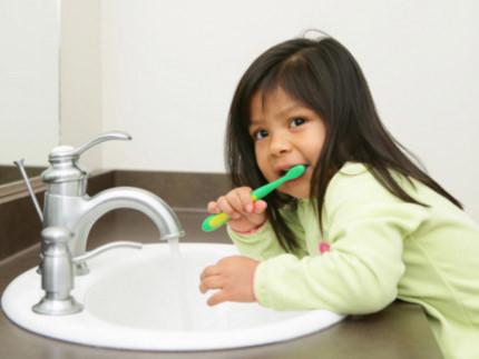 Trẻ có thể rụng răng vì đánh răng sai cách