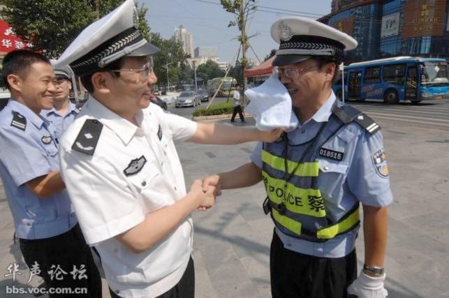 Trò 'lau mồ hôi' của truyền thông Trung Quốc bị blogger vạch trần