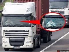 Anh: Kinh ngạc với tài xế lái xe không cần tay