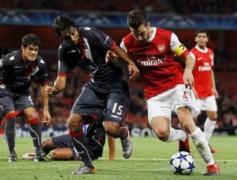 Braga (đen) chưa đủ tầm cản bước Arsenal.