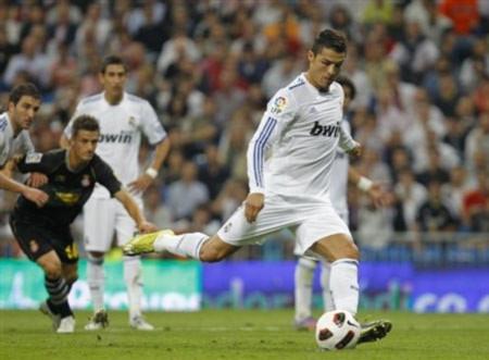 """C. Ronaldo lại """"nổ súng"""" giúp Real chiếm ngôi đầu bảng"""