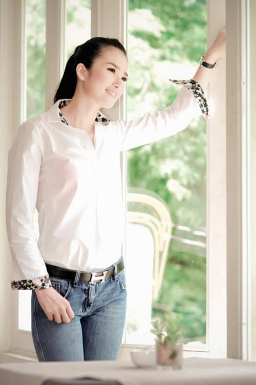Cao Thùy Dương giản dị sơ mi trắng