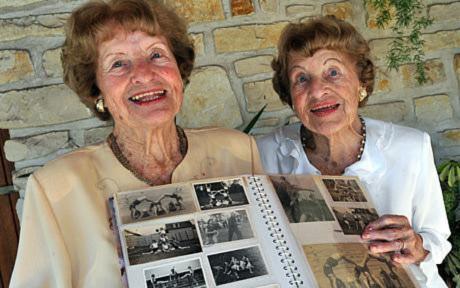 Cặp sinh đôi già nhất thế giới