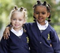 Cặp sinh đôi khác màu da đi học