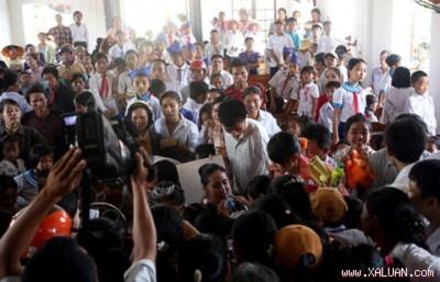 Các em học sinh huyện Lộc Hà đã rất vui khi Diễm Hương xuất hiện. Đáp lại tình cảm nồng hậu của các em, Diễm Hương miệt mài ngồi kí tặng cho các em...