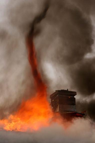 Cơ chế xuất hiện 'vòi rồng lửa'