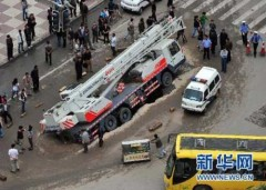 Hố địa ngục nuốt xe 32 tấn