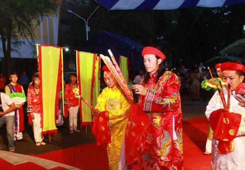 Hoài Linh làm lễ giỗ tổ nghiệp linh đình
