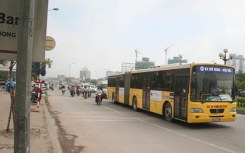 """Đi xe buýt """"khổng lồ"""" trên đường phố Hà Nội"""