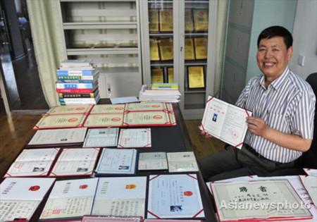 Người nhiều bằng cấp nhất Trung Quốc