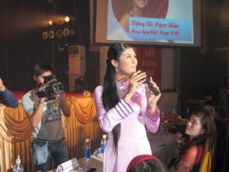 Nữ sinh Hà Nội trình diễn tài năng
