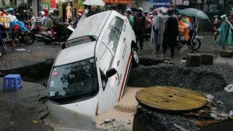 Taxi cắm đầu xuống 'hố địa ngục' giữa Sài Gòn