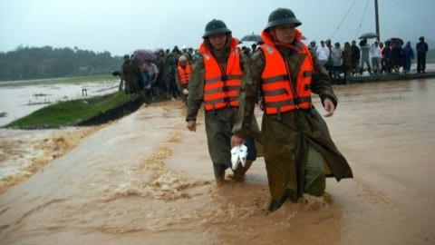 10 tấn hàng cứu trợ mắc kẹt trong nước lũ miền Trung