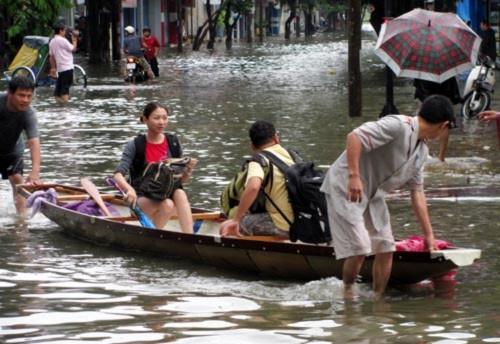 Đẩy thuyền chở du khách trên đường phố ở Huế