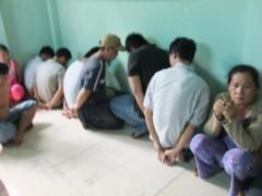 Các đối tượng tham gia sòng bạc bị bắt.