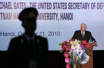 Bộ trưởng Quốc phòng Hoa Kỳ Robert Gates phát biểu tại Đại học Quốc gia Hà Nội (Ảnh AP)