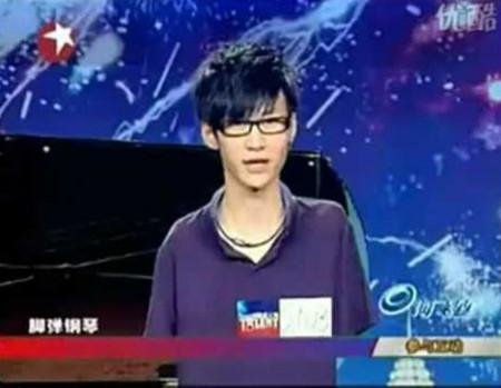 Chàng trai chơi piano bằng chân chiến thắng tại 'China's Got Talent'.