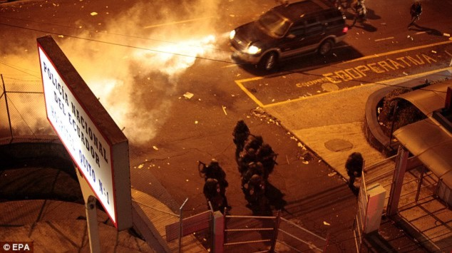 Chùm ảnh: Thủ đô Ecuador chìm trong bạo loạn