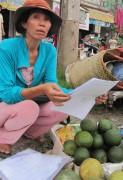Bà Huỳnh Thị Hồng khốn khổ với món nợ khổng lồ.