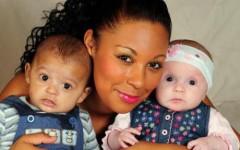 Con sinh đôi, mỗi bé một màu da
