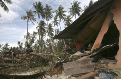 Nhà cửa trên quần đảo Mentawai bị sóng thần tàn phá. Ảnh: AP