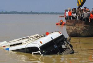 Gặp người đầu tiên tìm thấy xe khách dưới sông