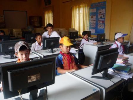 Thầy Quang phổ cập tin học cho các học sinh tiểu học.