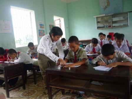 Với chiều cao khiêm tốn, nhưng thầy Quang vẫn tự tin là người thầy đúng nghĩa giảng dạy cho gần 400 học sinh trường tiểu học Hoằng Thái