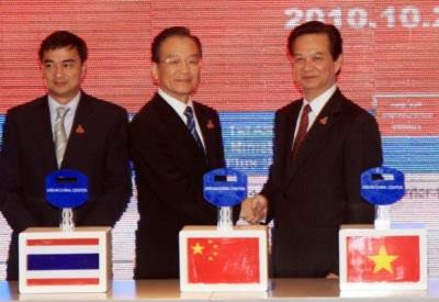 Thủ tướng Nguyễn Tấn Dũng, Thủ tướng Trung Quốc Ôn Gia Bảo và Thủ tướng Thái Lan Abhisit Vejjajiva tại Lễ khai trương Trang thông tin điện tử.