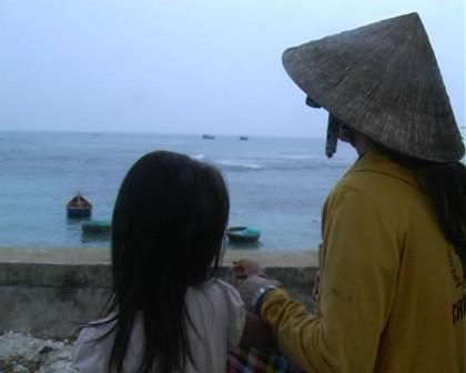 Thân nhân 9 ngư dân chờ đón tại đảo Lý Sơn.