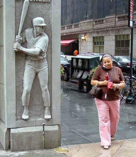 Khi những bức tượng biết... gây hấn