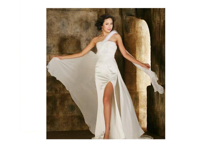 Kiều Khanh khoe trang phục dạ hội thi Miss World