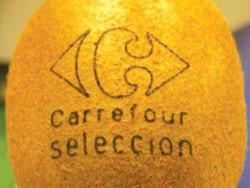 Tia laser tạo hình xăm trên quả kiwi do Carrefour phân phối