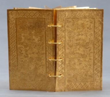 Sách vàng, đúc năm Gia Long thứ 5 (1806). Trọng lượng 2100 Gr.